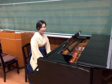 袴姿の阿部さん、ピアノを前にして